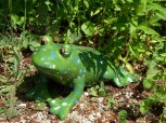 Große Froschfigur aus Keramik sitzend, grasgrün