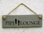 Pipi Lounge, Betonschild grau